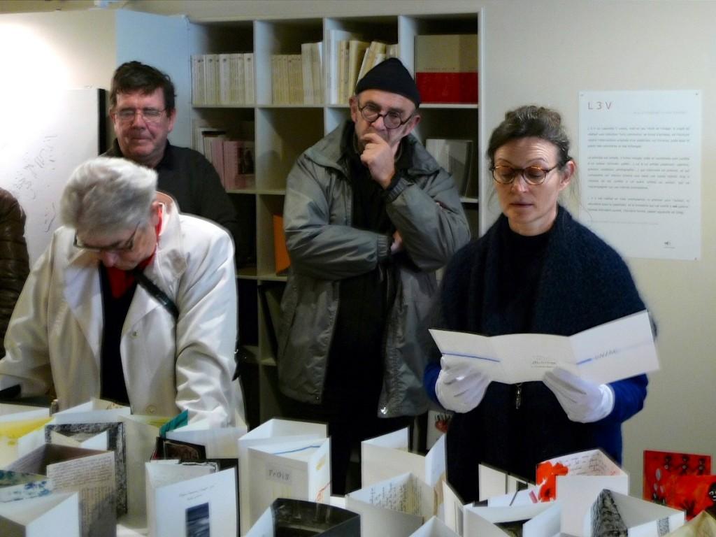 Nathalie Hureau (à droite) , Michel Caron (au centre), Galerie Les Stèles, Morlaix, le 27-10-2012 © photo Michel Thamin